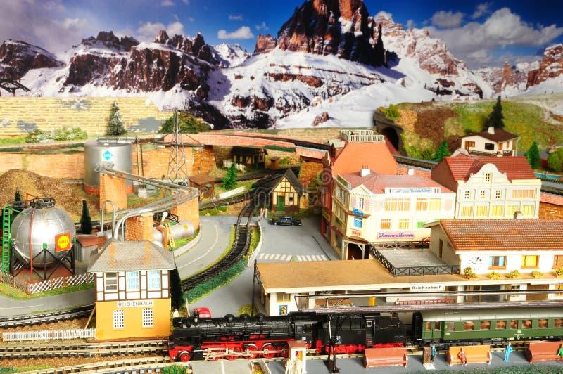 Florença, ITÁLIA - 18 de novembro de 2018: Modelo diminuto da estrada de ferro com trens foto de stock royalty free