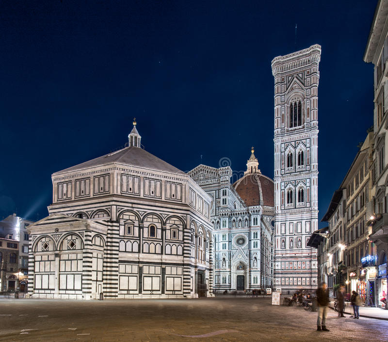 Florença, Itália - dezembro, 14 2015: opinião da noite da catedral de Santa Maria del Fiore no lugar da abóbada - Praça del Domo imagem de stock