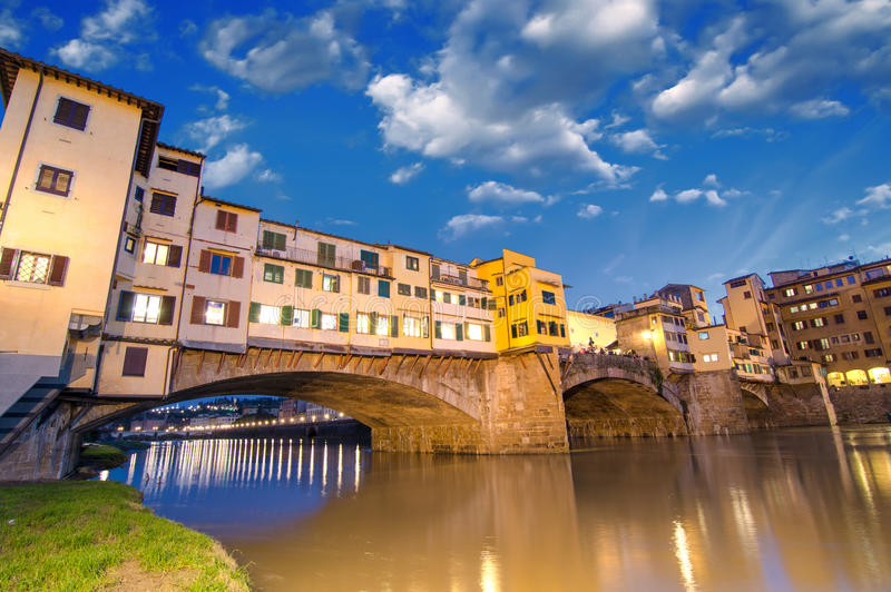 Florença, Italia. Por do sol maravilhoso acima de Ponte magnífico Vecchi fotos de stock royalty free