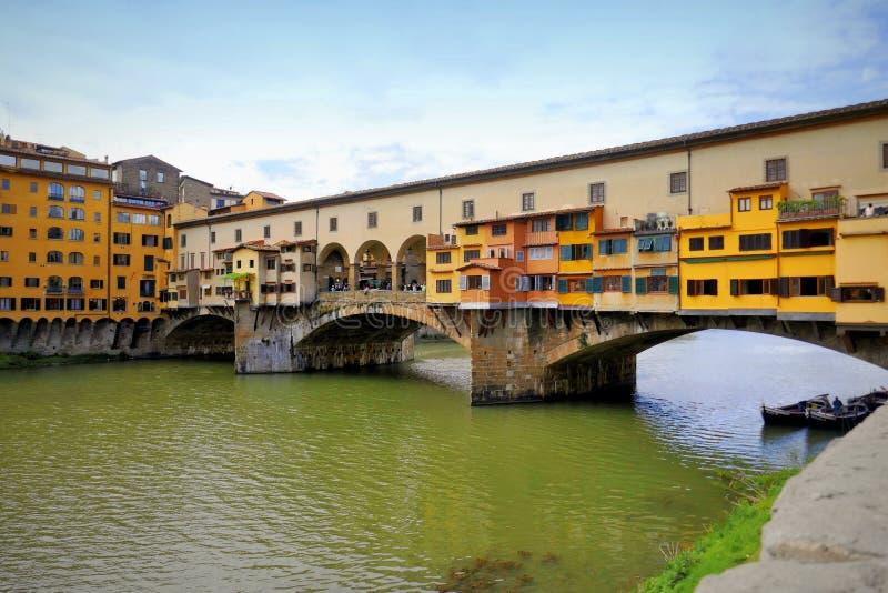 FLOREN?A, ITALY-APRIL 29,2019: Ponte Vecchio ? uma ponte medieval famosa sobre o River Arno em Floren?a fotos de stock royalty free