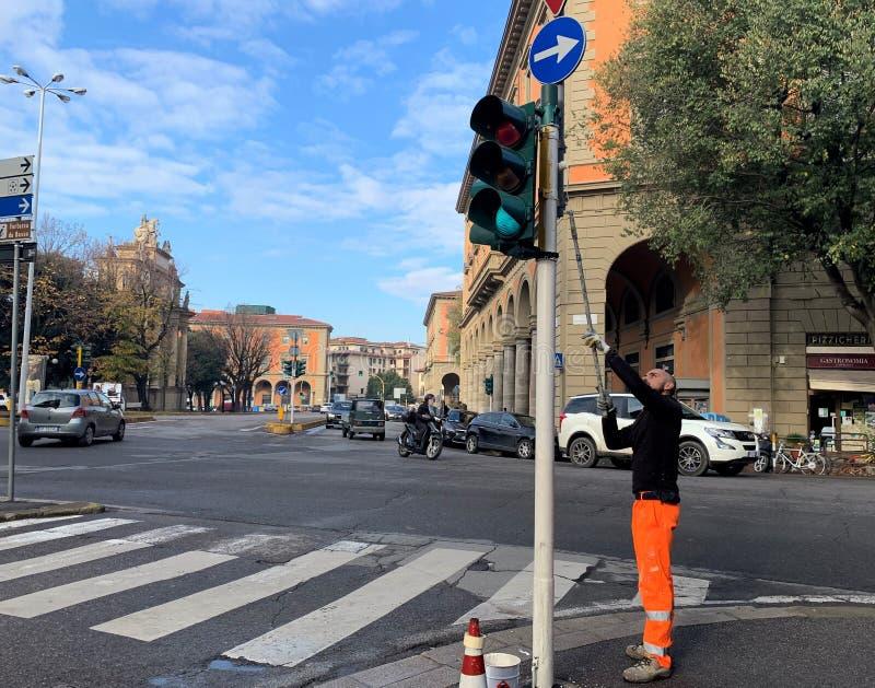 Florença Toscânia Italy O della Liberta da praça, um trabalhador pinta um sinal fotografia de stock