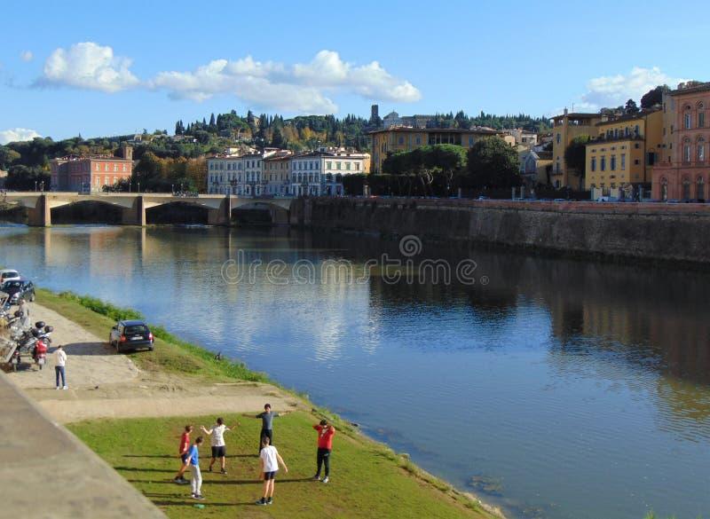 Florença Toscânia Italy Vista da terraplenagem de Arno River na cidade em um dia ensolarado do outono fotografia de stock royalty free
