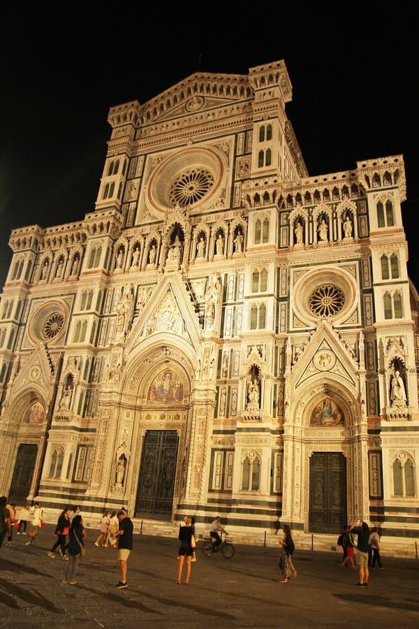 Floren?a, It?lia - 3 de setembro de 2017: Catedral do quadrado de Bonito Pra?a del Domo Catedral na noite imagem de stock royalty free