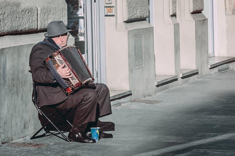 florence Италия 20-ое января 2017 Пожилой человек играет аккордеон на улице стоковая фотография