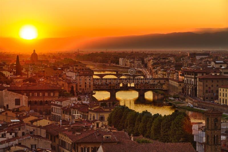 Florence Arno flod och Ponte Vecchio, Italien royaltyfri foto