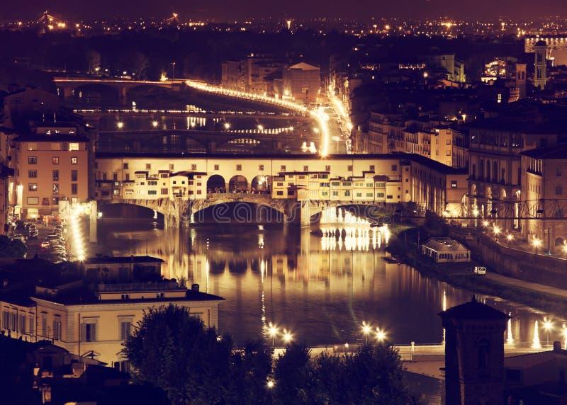 Florence, Arno River och Ponte Vecchio vid natt royaltyfri foto