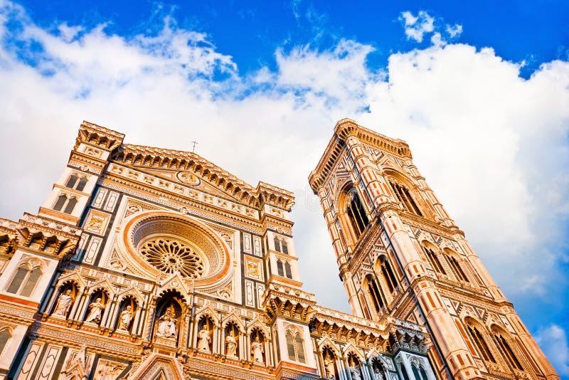 Florence Cathedral con el campanil de Giotto en la puesta del sol en Piazza del Duomo en Florencia, Italia imagen de archivo libre de regalías