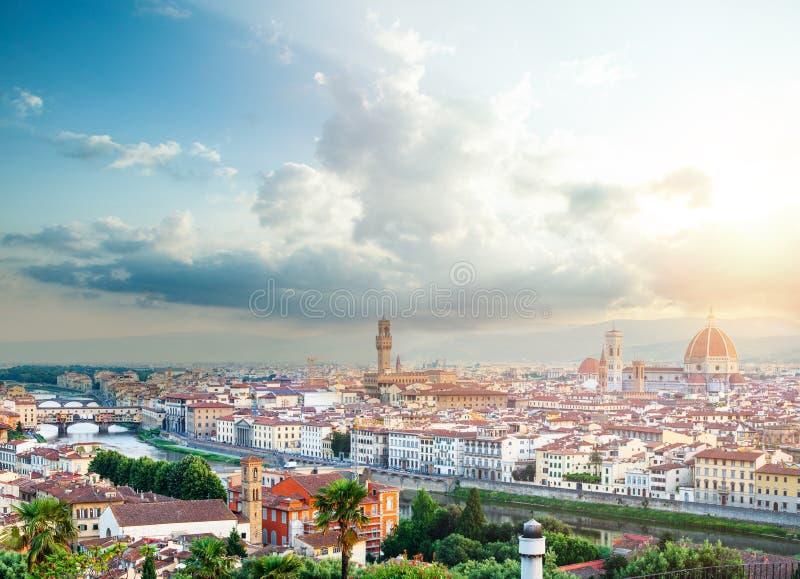 Florence Cityscape Horizon van Florence Italy met Duomo, Basiliekdi Santa Maria del Fiore, de bruggen en de bewolkte hemel Floren stock foto