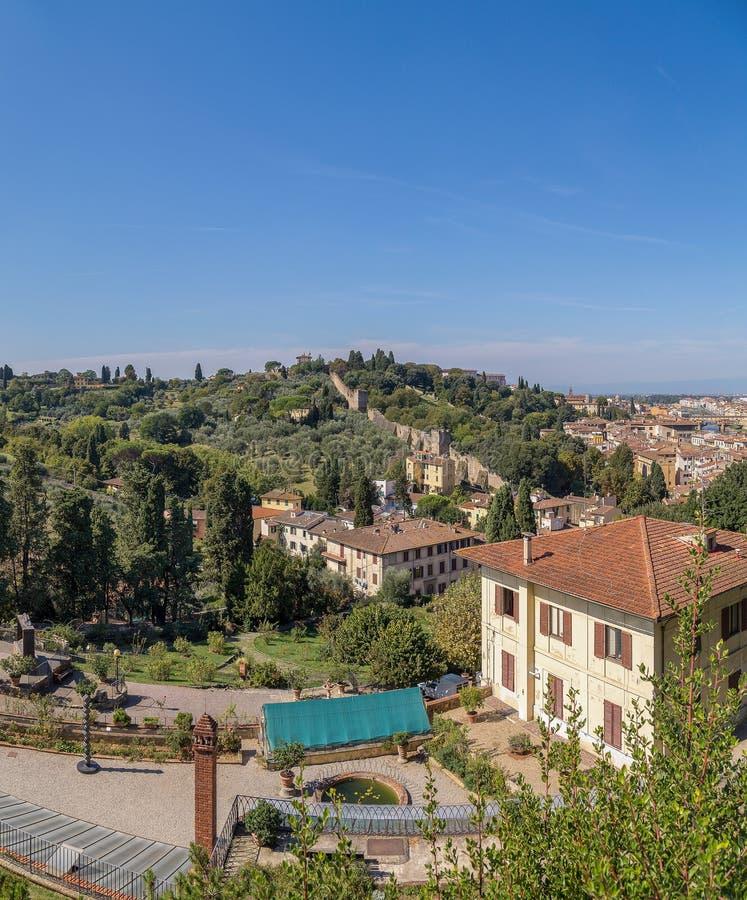 Florence, de groene heuvels en de betegelde daken stock afbeelding