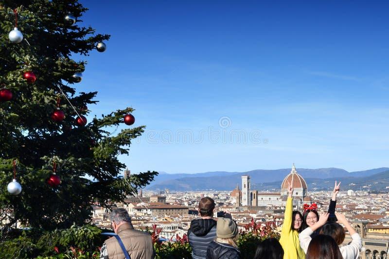 Florence 25 December 2018: De toeristen bewonderen de kathedraal van Santa Maria del Fiore in Florence tijdens de Kerstmisvakanti stock foto
