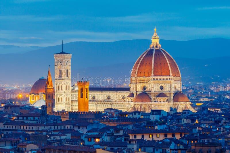 Florence Duomo på natten arkivfoton
