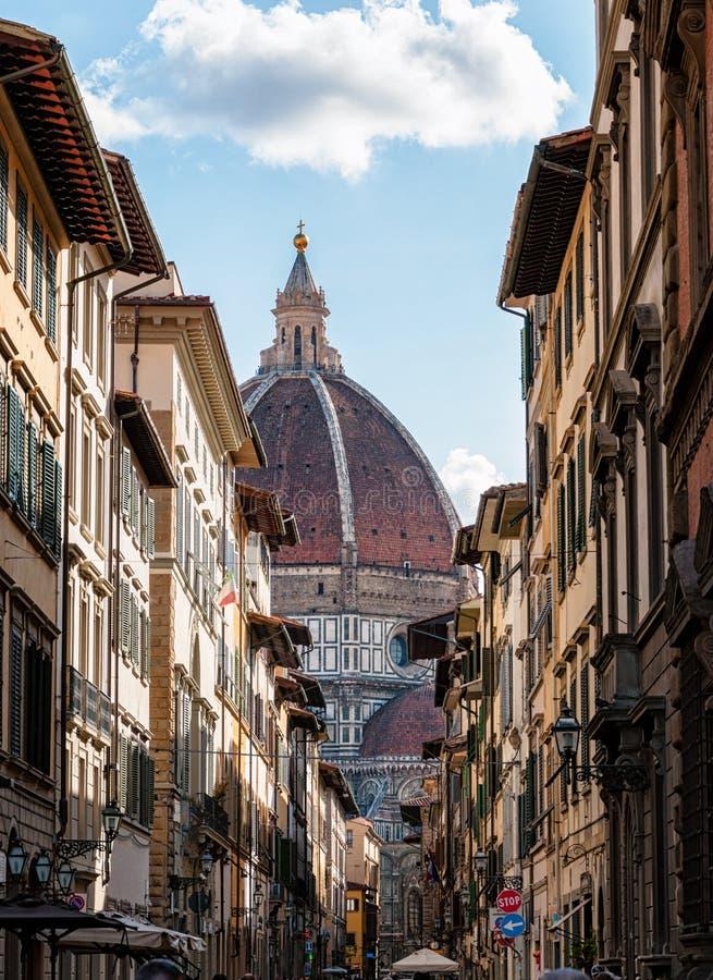 Florence duomo som skjutas till och med gatan royaltyfria bilder
