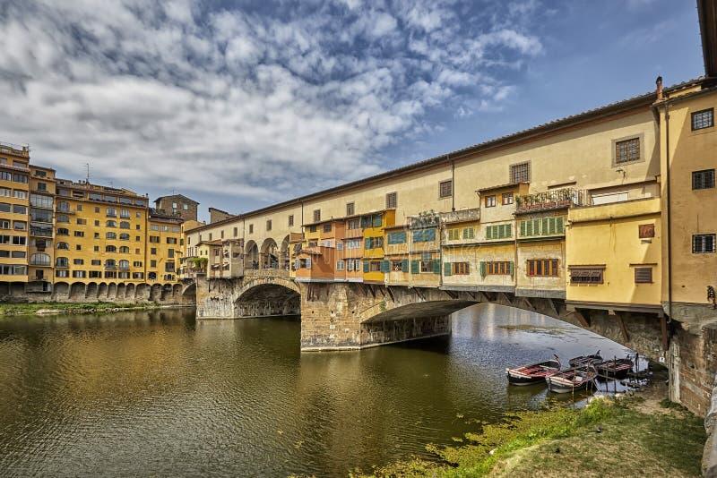 Florence eller Firenze stadssikt på den Arno floden, landskap med reflexion italy tuscany royaltyfria foton
