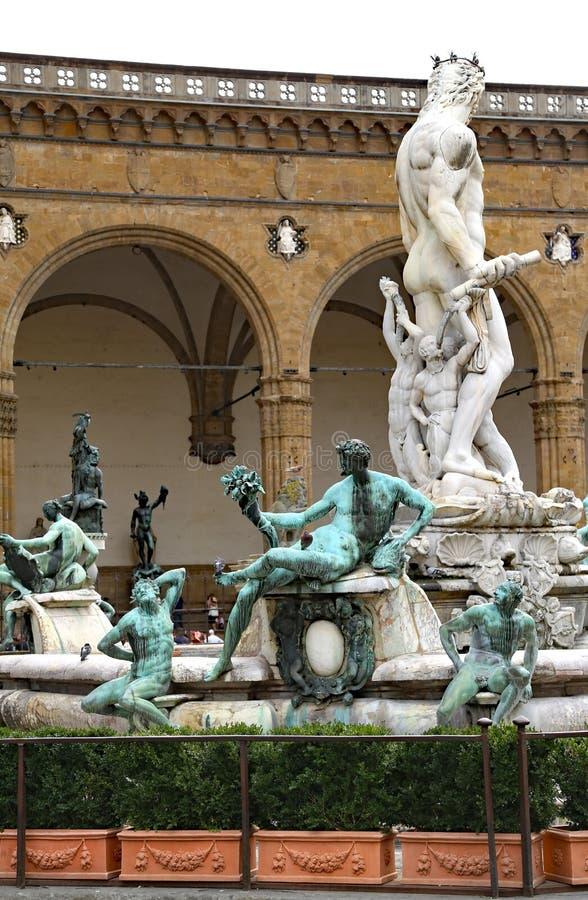 Florence historisk springbrunn med statyn av Neptun arkivbilder