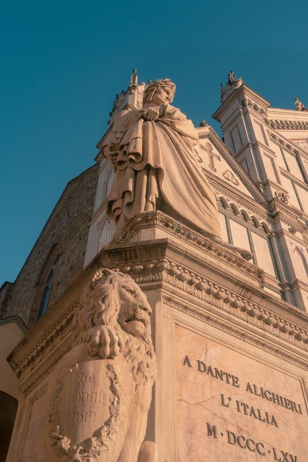 Florence, Italië 14 April 2019: Dante Alighieri Statue voor Santa Croce Church in Florence stock foto