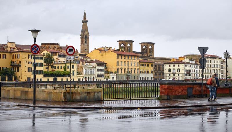 Florence Italië Embankment Arno in regenval stock foto's