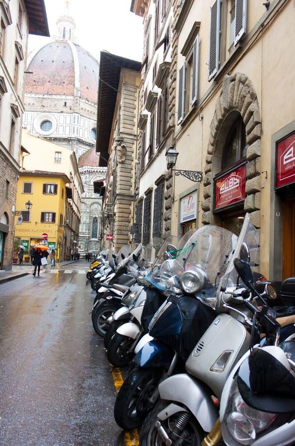 FLORENCE, ITALIË - FEBRUARI 06, 2017: dichtbij Scooters Piazza del Du stock afbeeldingen