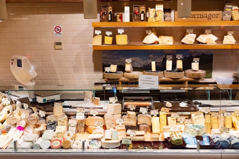 FLORENCE, ITALIË, - 25 Januari 2019: Koopvaardij scherpe Italiaanse kaas bij markt in Bergamo, Italië stock afbeelding