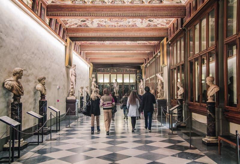 Florence, Italië - Januari 1, 2017: Toeristen die de tentoonstelling Art Gallery Ufitsii bezoeken stock foto