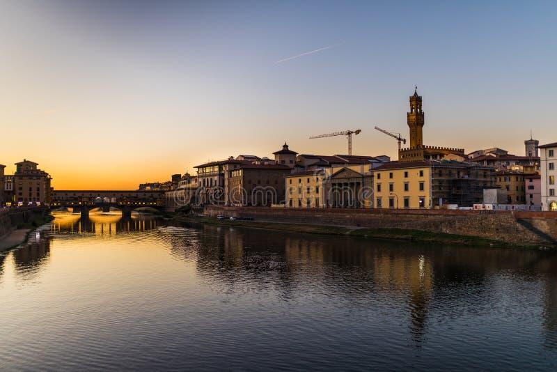 Florence, Italië - Oktober, 2017 De Brug van Vecchio van Ponte in Florence, Italië Arno River bij nacht toscanië De Bestemming va stock fotografie