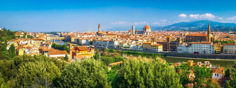 Florence, Itali? Panoramisch landschap van Florence op zonnige dag Toneelmening over de stad van Florence van Piazzale Michelange stock foto's