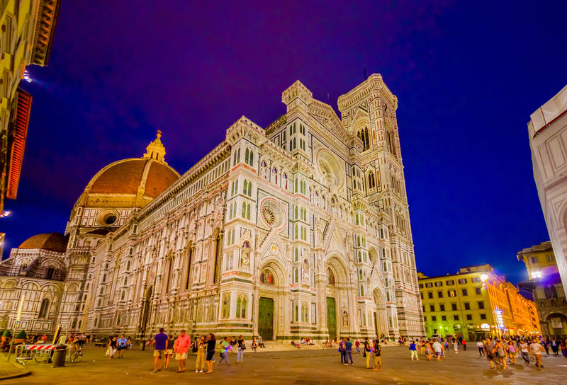 FLORENCE, ITALIE - 12 JUIN 2015 : Coucher du soleil devant Florence Cathedral, les contrastes de ciel bleu et le bâtiment luminat photos stock