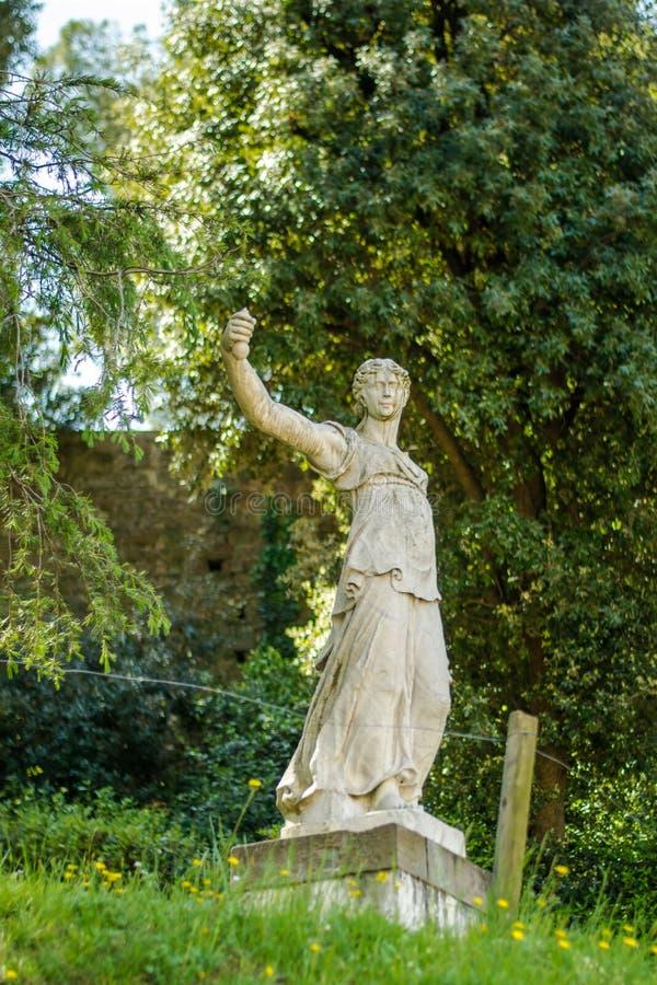 Florence Italien - 23 April, 2018: en av kvinnliga statyer i Boboli trädgårdar royaltyfria foton