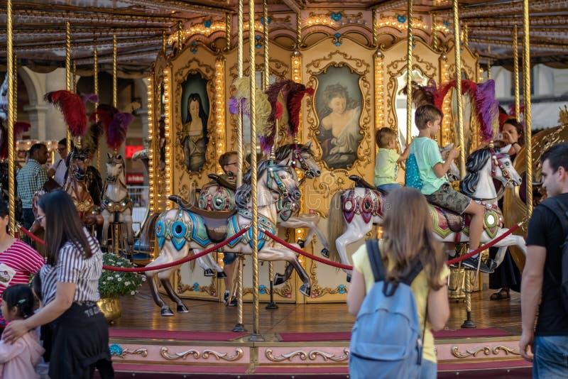 Florence Italien - 22 April, 2018: karusellkarusell med barn på piazzadellaen Repubblica arkivbild