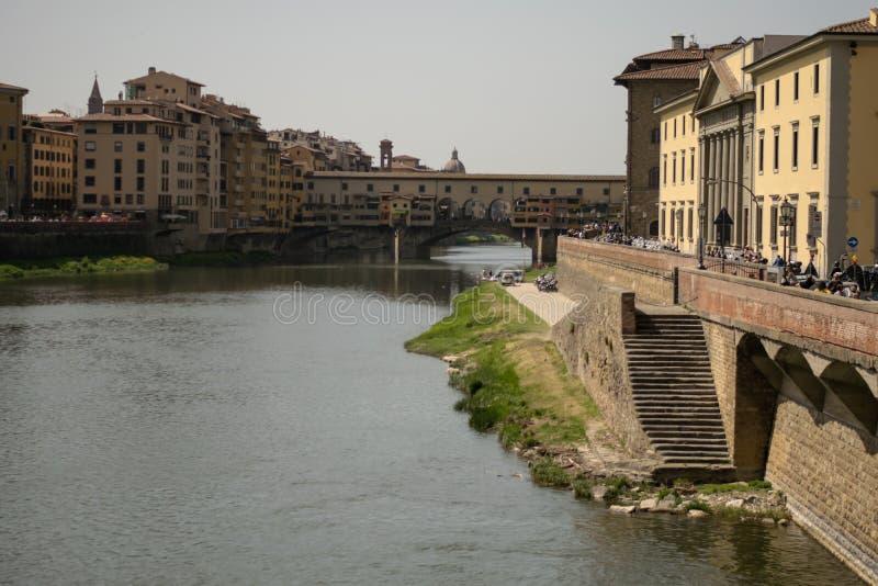 Florence Italien - 24 April, 2018: sikt på riverwalken av River Arno royaltyfria foton