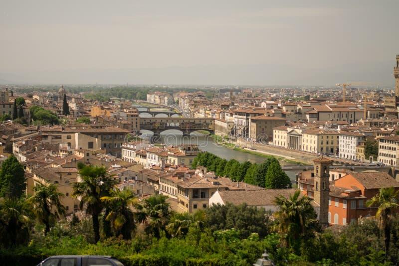 Florence Italien - 24 April, 2018: sikt på taken och brindgesna över den Arno floden arkivbild