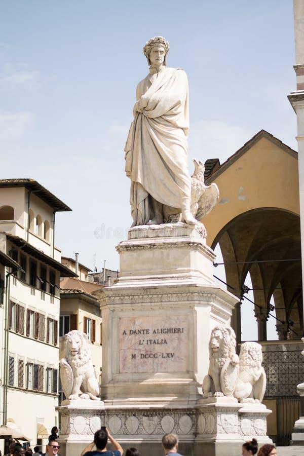 Florence Italien - 24 April, 2018: skulptur av Dante Alighieri arkivfoton