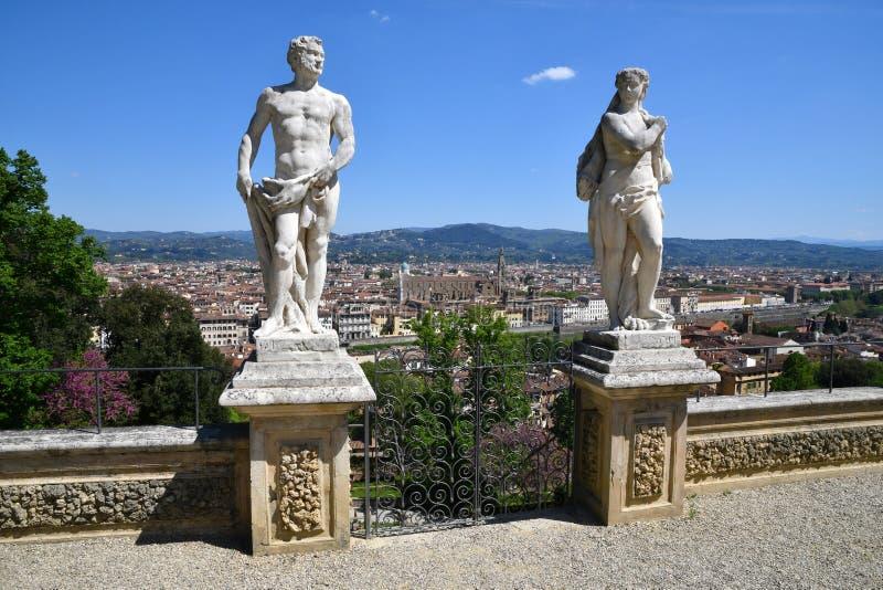 Florence Italien April 2019: Statyer p? den Bardini tr?dg?rden p? den Boboli tr?dg?rden och cityscape av Florence arkivfoto
