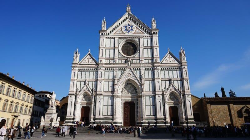 Florence Italien - mars 16, 2017: Oidentifierade personer besöker basilikadina Santa Croce i Florence, Italien arkivfoto
