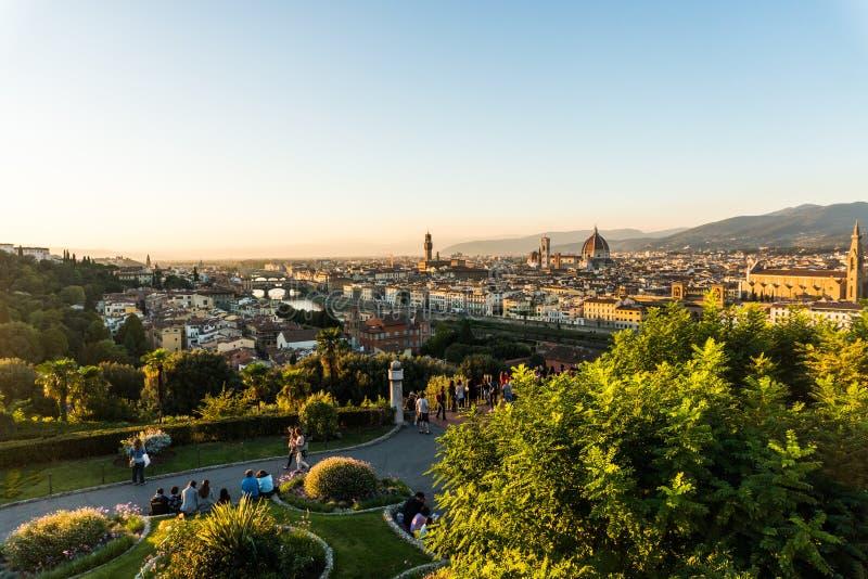 Florence ITALIEN - Oktober, 2017: Härlig cityscapehorisont av Firenze, Italien, med broarna över Riveret Arno fotografering för bildbyråer