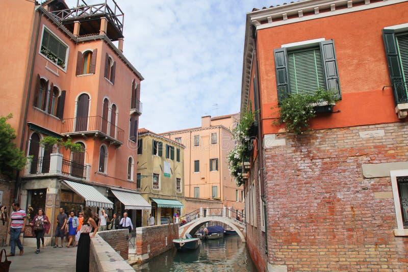Florence Italien - September 03,2017: H?rliga och f?rgrika hus p? den Venedig staden med bl? himmel och molnet royaltyfri foto