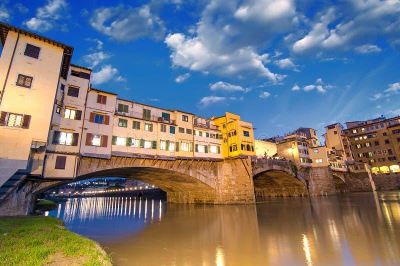 Florence Italien. Underbar solnedgång ovanför storartade Ponte Vecchi royaltyfria foton