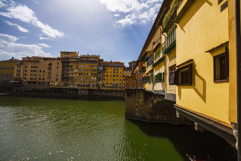 florence italy för domkyrkastadsduomo reparation Sikt av den Ponte Vecchio bron i Italien royaltyfria foton