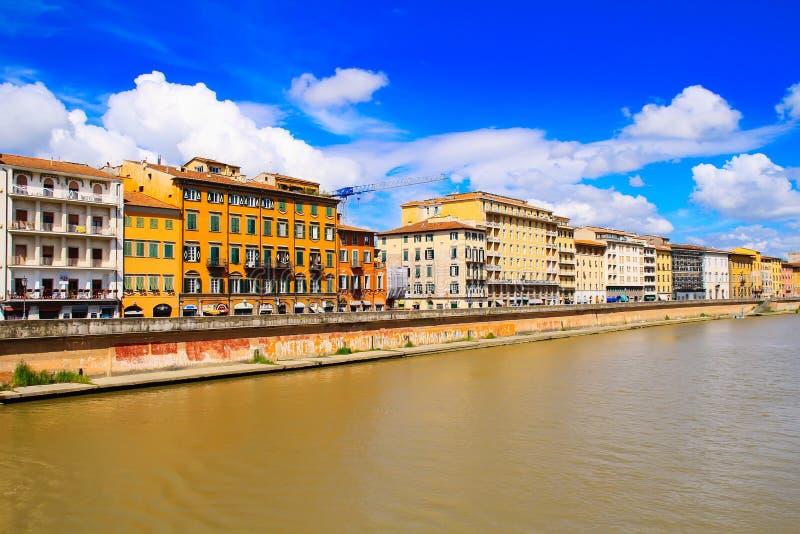 florence italy Sikt av staden över floden nära bron av Ponten Vecchio royaltyfri foto
