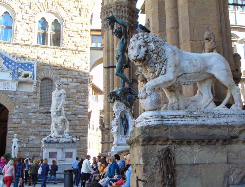 florence italy tuscany Medici lejon- och Perseus statyer i loggiadeien Lanzi arkivfoton
