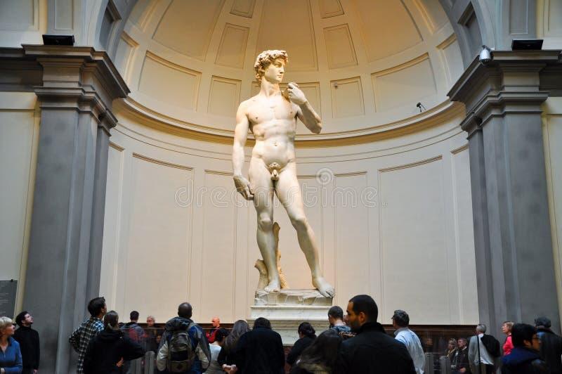 FLORENCE-NOVEMBER 10: Turister ser David av Michelangelo på November 10,2010 i Galleriadell'Accademia i Florence. Italien. fotografering för bildbyråer
