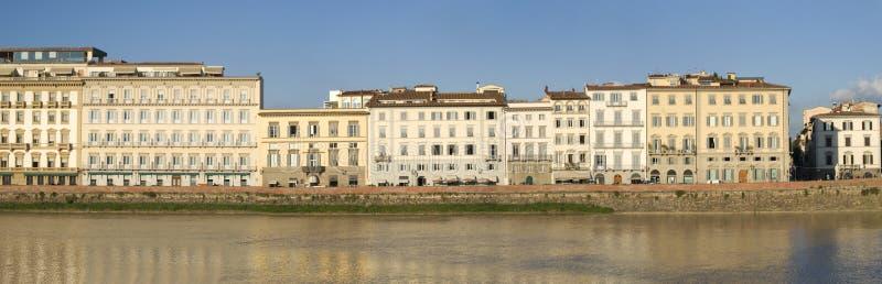 Florence Oude stadsgebouwen op riverbank Arno royalty-vrije stock fotografie