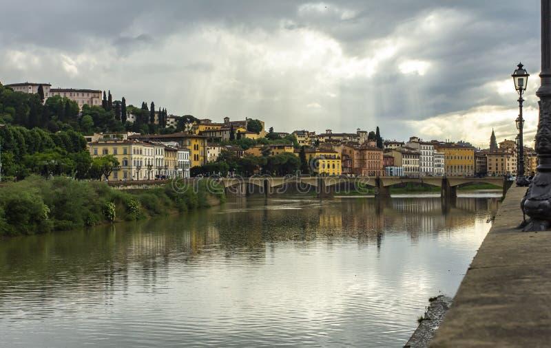 Florence på flodbanken härlig stad stad florence italy Typisk italiensk stad arkivbild