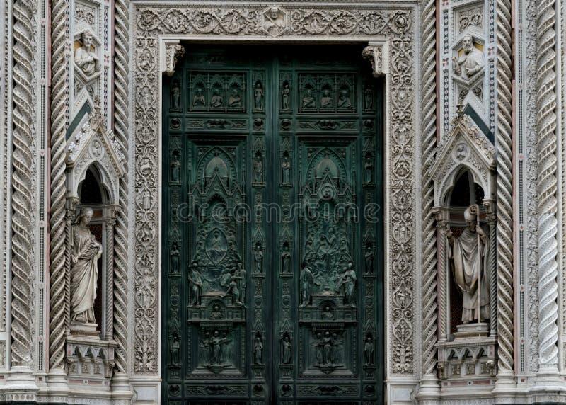 Florence& x27; s-domkyrka, duomoen - detalj av arkitekturen och huvudsaklig dörr royaltyfria foton