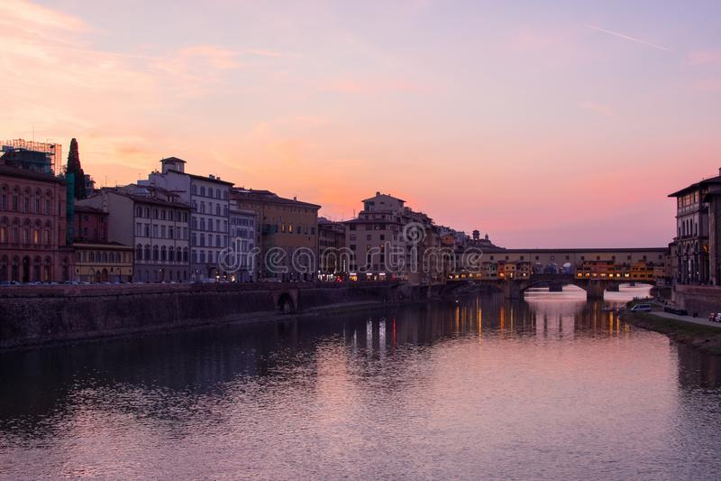 Florence, Toscanië/Italië 20 februari 2019: de de brugmomentopname van pontevechio bij gouden uur mooie kleuren en uitstekende bo royalty-vrije stock afbeelding