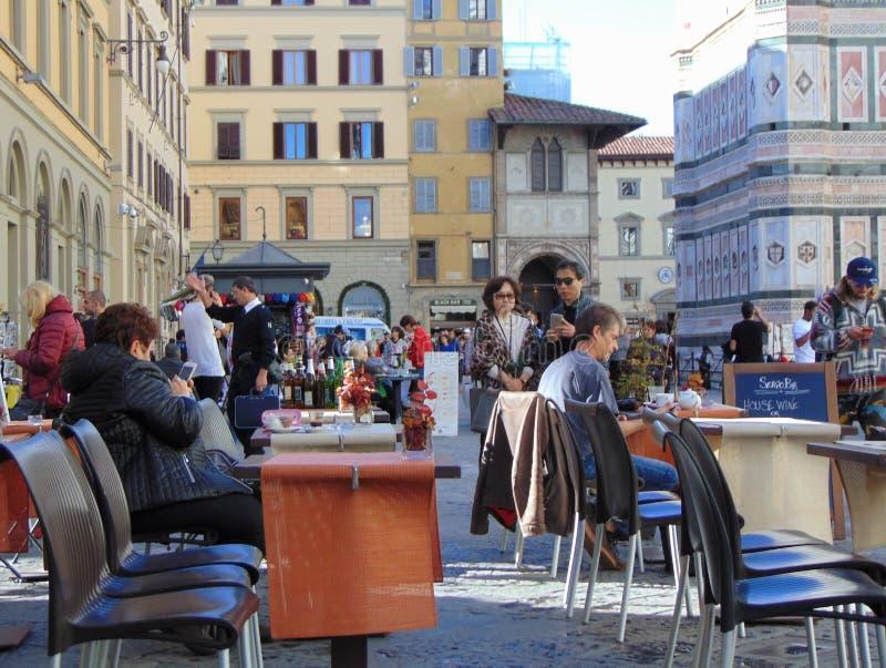 Florence Toscanië Italië Toeristen op historisch stadscentrum, Piazza del Duomo royalty-vrije stock afbeeldingen
