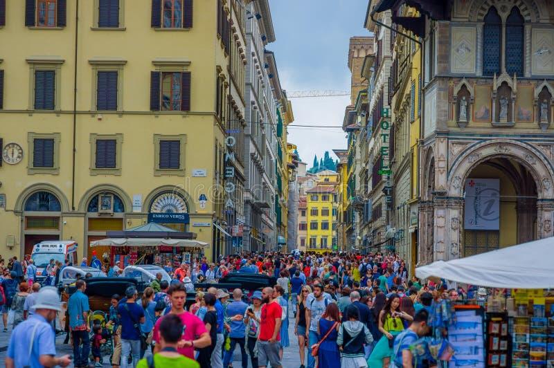 FLORENCIA, ITALIA - 12 DE JUNIO DE 2015: Cuadrado apretado en Florencia, todos los turistas que caminan alrededor de intentar vis imágenes de archivo libres de regalías