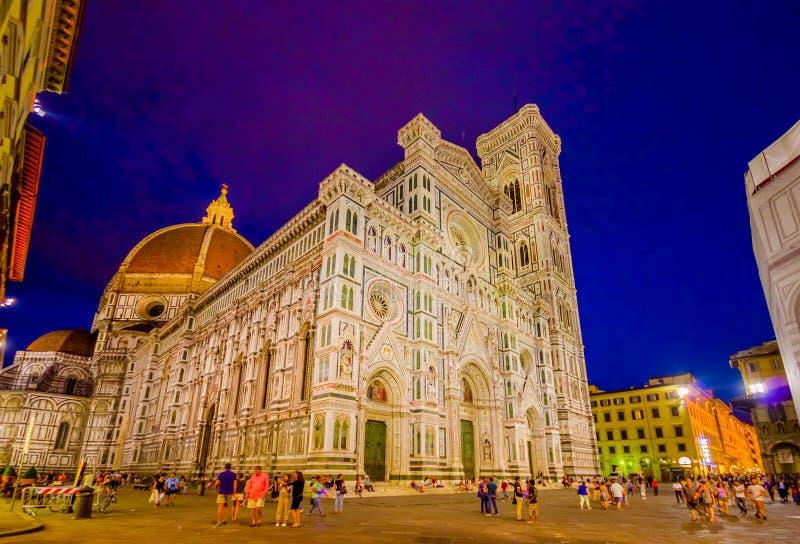 FLORENCIA, ITALIA - 12 DE JUNIO DE 2015: Puesta del sol delante de Florence Cathedral, de contrastes del cielo azul y del edifici fotos de archivo
