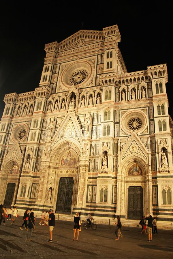 Florencia, Italia - 3 de septiembre de 2017: Catedral del cuadrado Beautiful Piazza del Duomo Cathedral en la noche imagen de archivo libre de regalías