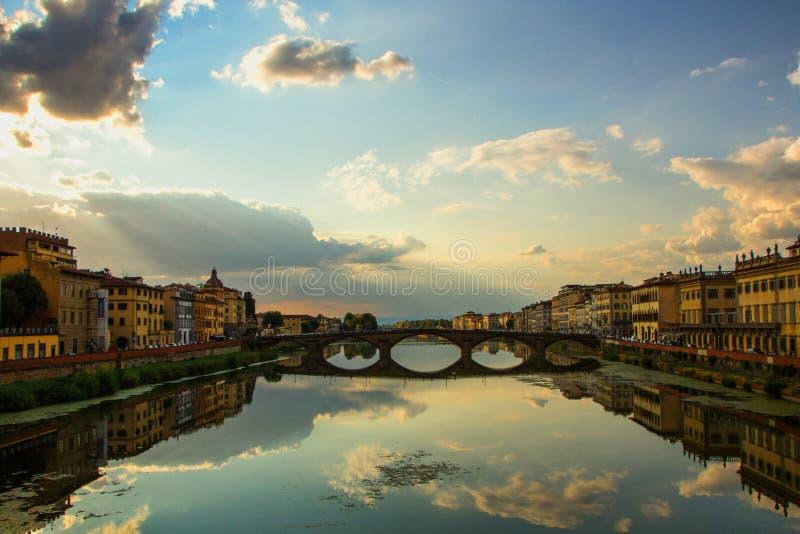 Florencia, Italia - 8 de septiembre de 2017: El puente de Carraia del alla de Ponte es un puente cinco-arqueado que atraviesa el  fotos de archivo