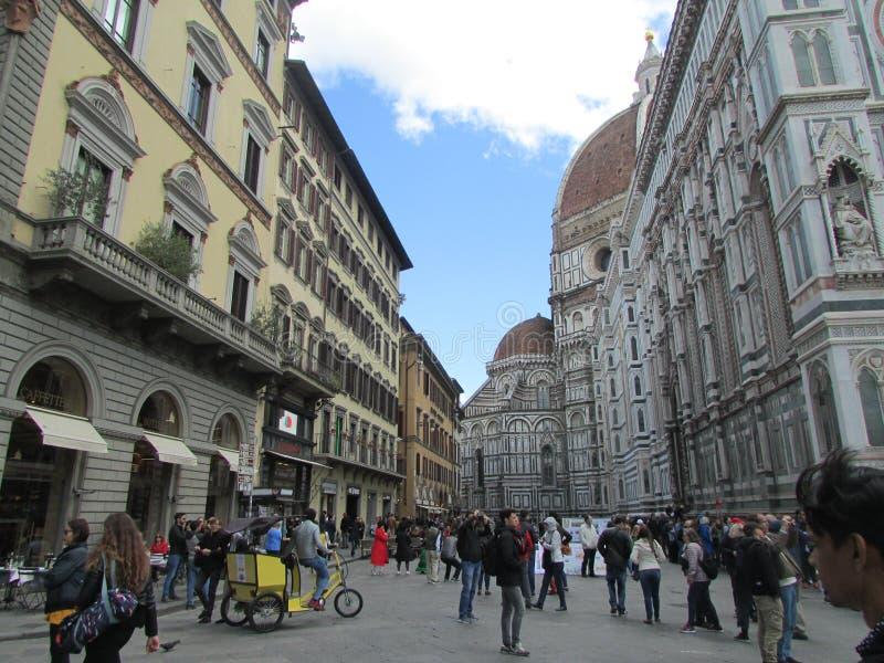 Florencia, Italia, el cuadrado central Muchedumbres de turistas A la izquierda es el complejo cat?lico del templo foto de archivo
